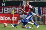 Utkání Fobalové národní ligy mezi FK Pardubice (ve červenobílém) a FC Sellier & Bellot Vlašim (v modrobílém) na hřišti pod Vinicí v Pardubicích.
