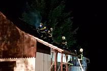 Oheň zachvátil střechu chaty