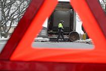 Z kamionu v Časech se za jízdy vysypal železný ingot vážící 22 tun.