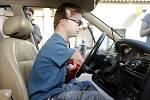 Tělesně postižený osmnáctiletý Arnošt Petráček může řídit osobní automobil, zkoušky složil úspěšně.