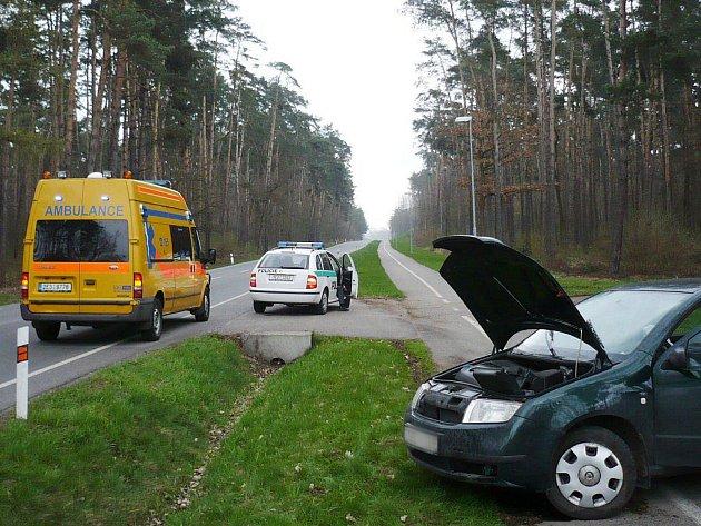 Řidič havarovaného vozidla měl štěstí. Z auta, které narazilo do betonového mostku vystoupil nezraněn.