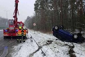 U Globusu řidič nezvládl řízení, auto skončilo na střeše