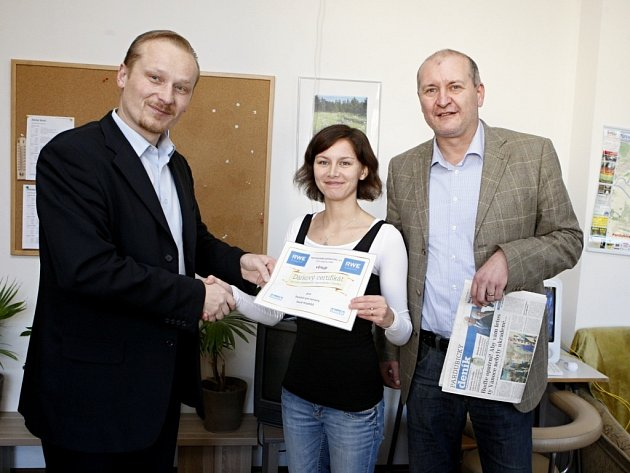 Regionální mluvčí RWE Luboš Falhaur (vlevo) a ředitel východočeských Deníků Tomáš Doubrava předali Ireně Kubíčkové, vedoucí Penzionu pro seniory ve Starém Hradišti, dárkový certifikát.