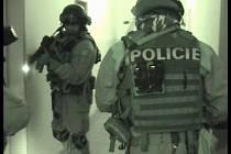Akce Tabáček. Policejní zásahová jednotka prohledává objekty zpracovny tabáku u Litomyšle.
