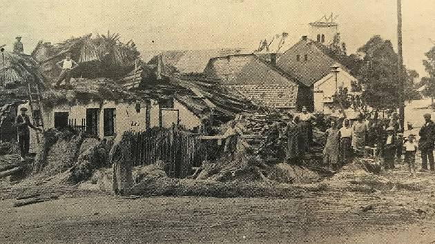 Na fotografii z periodika Východočeský Republikán je zachycena stržená věž kostela a další pobořené domy v Osicích.