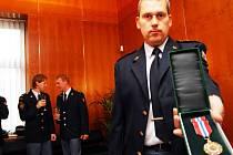 Vítězslav Felcman z Holic s medailí za desetiletou službu