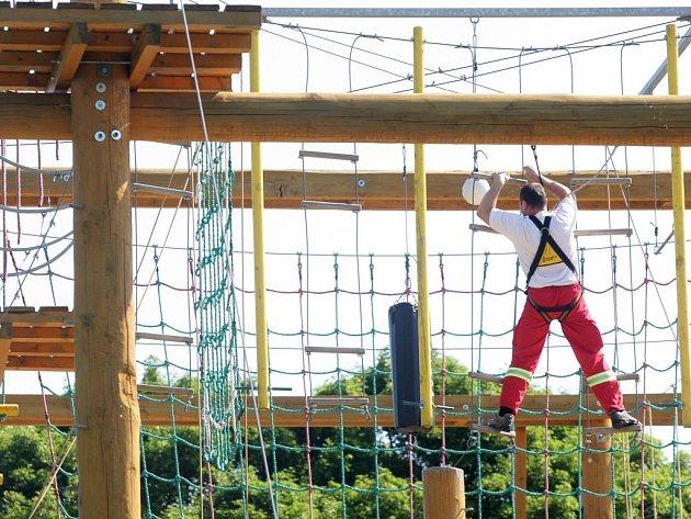 Pardubická záchranná služba potrénovala dovednosti i odvahu na lanovém centru.