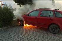 Poblíž nádraží v Pardubicích hořel v neděli večer osobní automobil. Při příjezdu hasičů na místo, bylo vozidlo už v plamenech