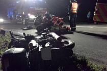 Hasiči a záchranná služba na místě nehody motocyklisty ve Chvaleticích