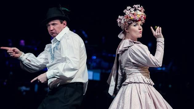 Přehlídka divadelních kostýmů a rodina Kalibova.