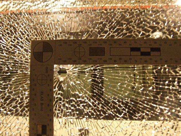 Rozbitá okna autobusu naštěstí neměla na svědomí střelba, ale kamínky.
