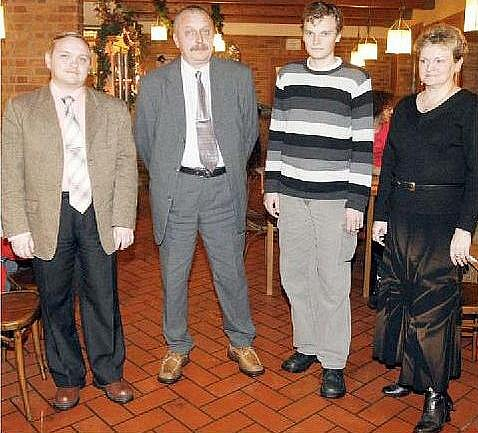 Hlava rodiny Luděk Horčička i jeho syn Aleš (vlevo) získali v desátém kole plný počet bodů a derou se dopředu. Stejně dobře si vede i obhájce prvenství Zbyněk. Maminka Miroslava se drží v závětří.
