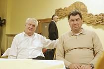 Na snímku vlevo Miloš Zeman s místopředsedou SPOZ Martinem Nejedlým.