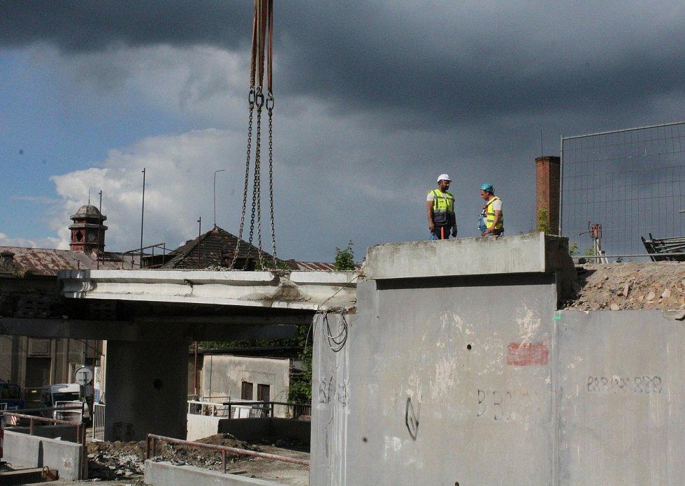 Demolici znepříjemňovalo i trvající aprílové počasí.