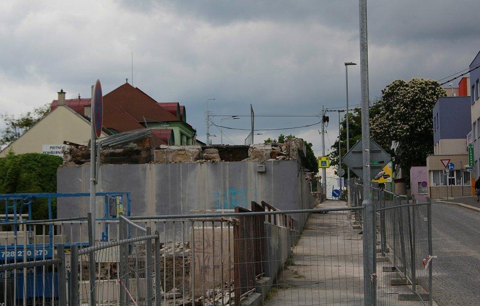Podoba po kompletním odstranění všech plánovaných částí nadjezdu v rámci této fáze demolice.