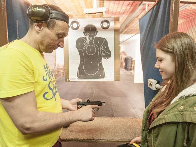 Hlavně bezpečně. Pravidla zacházení se služební zbraní vysvětluje Alexandře Urbanové Petr Kvaš.