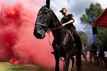 Nezaleknou se dýmu ani ohně. Koně i psi strážníků váleli ve Sportovním parku. Desítky sportů si tam lidé mohou vyzkoušet až do neděle.