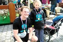 Alexandra Burská s jedním z běžců, kteří s ní uběhli půlmaraton.