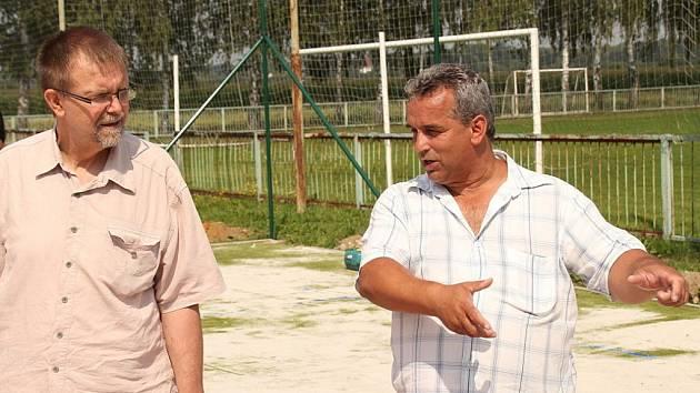 Nové sportovní hřiště ve Starém Mateřově hejtmanovi ukazuje starosta Pavel Sehnoutek