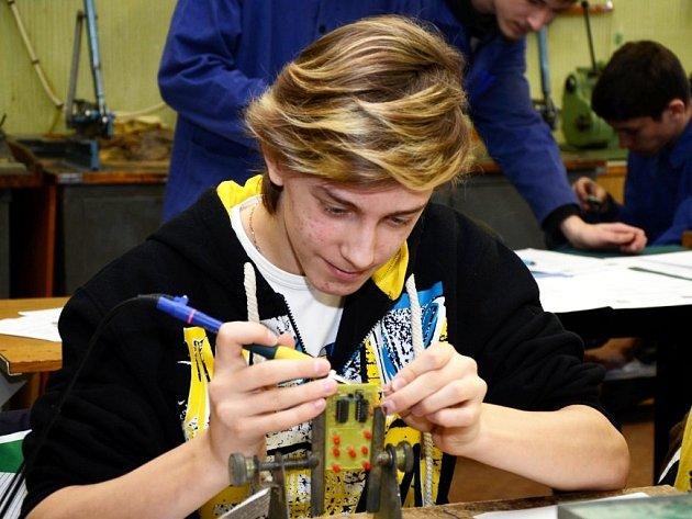 Soutěž pro žáky 8. a 9. tříd základních škol se zájmem o techniku včera si připravila Střední průmyslová škola elektrotechnická Pardubice.