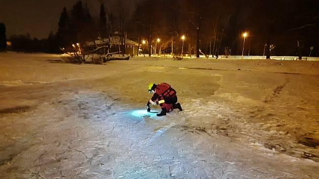 Led v Pardubicích má maximálně pět centimetrů, měří ho dobrovolní hasiči z MO Pardubice I.