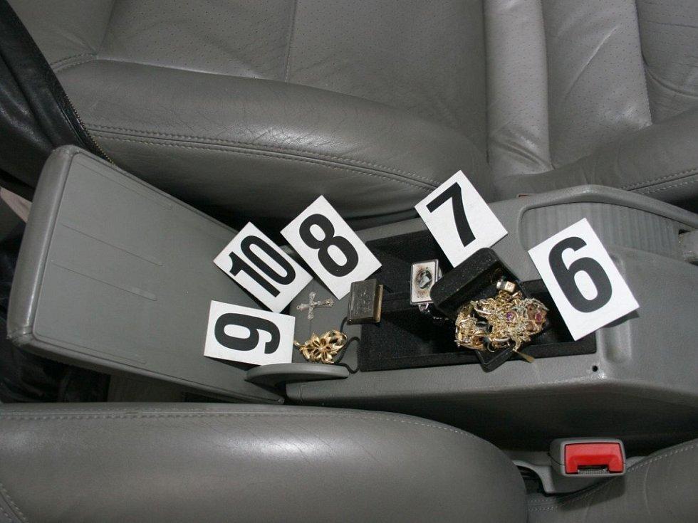 Větší část naloupených věcí našli policisté příímo u podezřelých