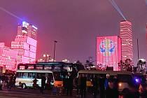 Rozvíčený Šen-čen. Součástí losovací ceremonie byla pompézní noční laserová show.
