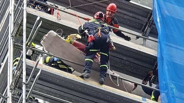 Dělník zkolaboval na lešení. Šlo o hasičské cvičení.