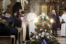 Zesnulého Jiřího Kerouše, starostu dobrovolných hasičů z Holic, vyprovodil z kostela sv. Mikuláše na hřbitov početný smuteční průvod