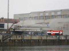 Požár osobní lodi v docích v Řečanech nad Labem.