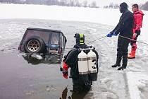 Řidička se snažila přejet zamrzlou hladinu. Utopené auto pak z Plačického písníku museli lovit pardubičtí hasiči.