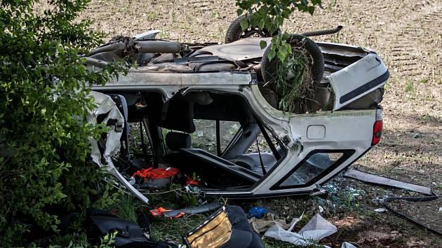 Úterní tragická dopravní nehoda u Chvojence. Řidič osobního vozu narazil do stromu, osudným se mu staly byrely s naftou, které vezl.