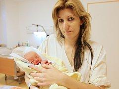 Dominik Smutný  se narodil 31. října v 01:03 hodin a vážil 2980 gramů. Mamince Markétě u porodu asistoval i tatínek Aleš a oba už se nemohou dočkat, až budou mít syna doma, v Pardubicích.