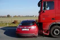 Řidič osobního vozu měl štěstí, že ho kamion pouze nabral před sebe. K nehodě došlo na Bohdanečsku poté, co řidič osobního vozidla riskantně předjížděl.