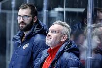 Hokejové utkání Tipsport extraligy v ledním hokeji mezi HC Dynamo Pardubice (v bíločerveném) a HC Energie Karlovy Vary (v zeleném) v pardudubické enterie areně.