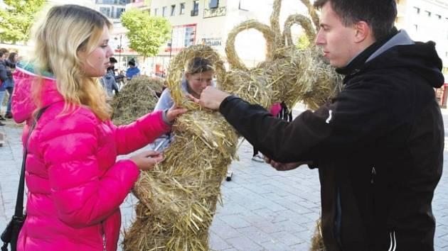 PÁTEČNÍ PROGRAM Městských slavností tvořila například výroba soch ze slámy. Základní škola Staňkova vytvořila dílo s názvem Brána k pardubickému pokladu.