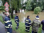 Chrudimka zatopila v Mněticích i hospodu u splavu