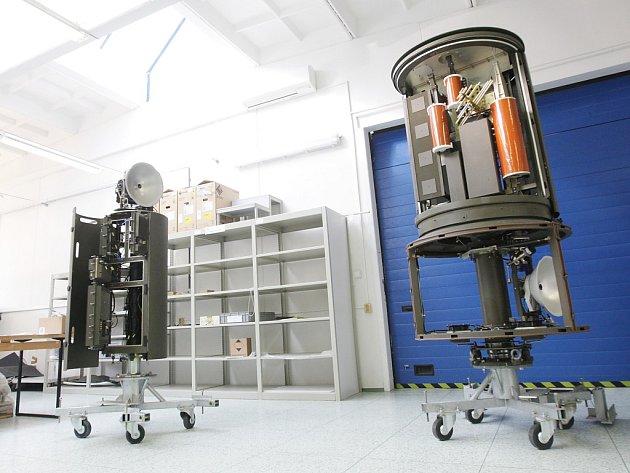 Nový a původní model. Pasivní radiolokátor Věra se postupem času zmenšil.