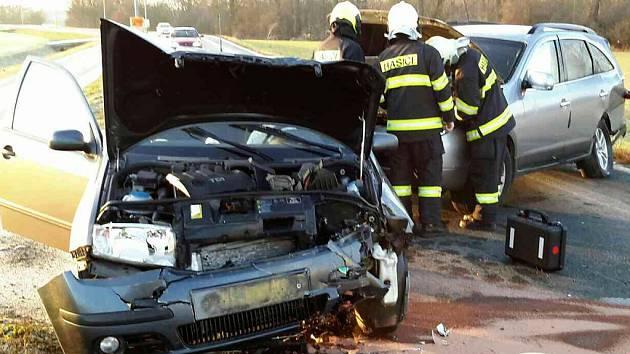 U čelního střetu dvou aut se v Pardubičkách zranilo pět lidí.