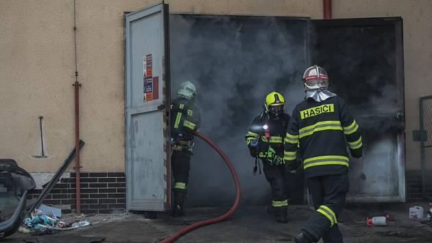 Požár automobilu v dílně na Višňovce v Pardubicích.