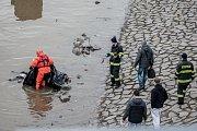 Řeka Labe v Pardubicích vyplavila mrtvou ženu.