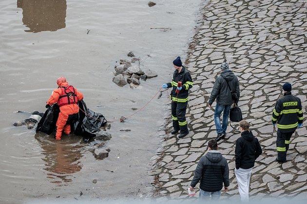 Řeka Labe vPardubicích vyplavila ve čtvrtek ráno mrtvé tělo.