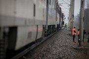 Muž u Černé za Bory odstavil automobil a lehl do kolejiště. Usmrtil jej vlak.