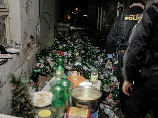 Bezdomovecké doupě v bývalých tiskárnách ve Smilově ulici.
