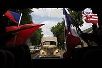 Cesta na Zámeček. Děti vezly nákladní vozy, které za války užívala i německá armáda