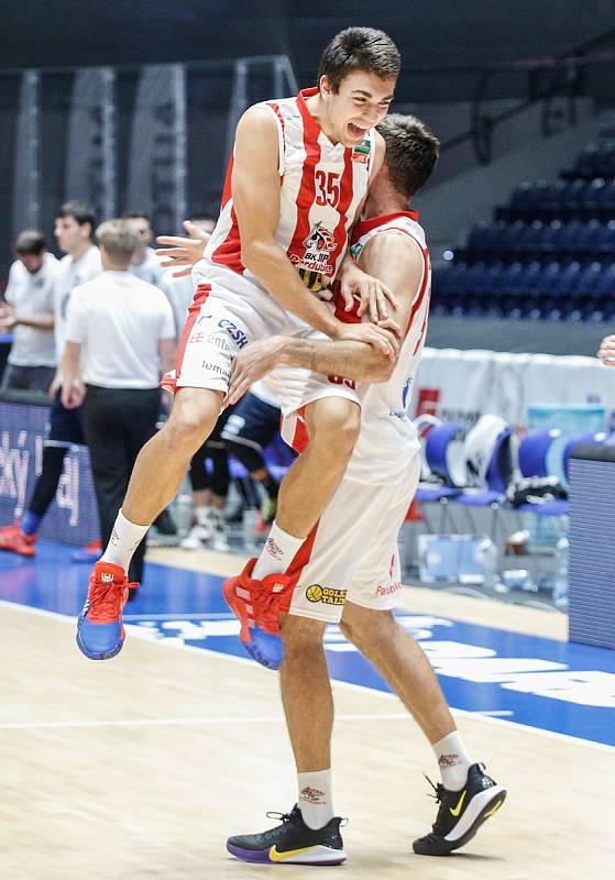 Basketbalové utkání finále Alpe Adria Cupu mezi BK Pardubice (v bíločerveném) a BK Děčín (v černém) v pardubické enteria areně.