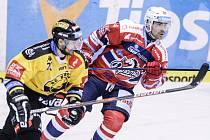 Uutkání Tipsport extraligy v ledním hokeji mezi HC Dynamo Pardubice (červenobílém) a HC Verva Litvínov (ve žlutočerném) v pardubické Tipsport areně.