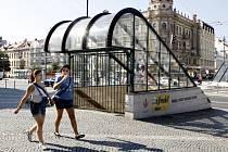 Podchod u Zelené brány zatím zahradily mříže.