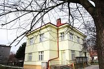 Zavřená budova pošty v Ohrazenicích