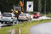 Mezi Čerou za Bory a Mněticemi voda z Chrudimky už zaplavuje silnici.